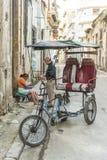 Bicitaxibestuurder het kopen ochtendkoffie Havana Stock Fotografie