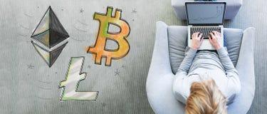 Bicoin Ethereum en Litecoin met de mens die laptop met behulp van Stock Foto