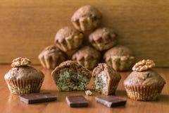Bicolor булочки с шоколадом на таблице Пирамида булочек позади Стоковые Изображения RF
