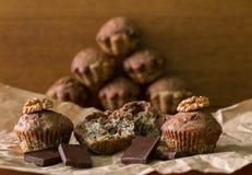 Bicolor булочки с шоколадом на таблице Пирамида булочек позади Стоковая Фотография