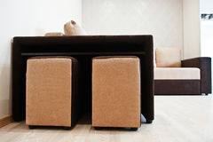 Bicolor säng för cofeehörnsoffa på ljust rum arkivfoton
