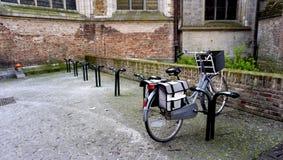 Bicyble en slot in Brugge België Stock Afbeeldingen