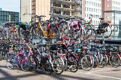 Bicyces två nivåparkering i gatan, Holland stad Leiden Arkivbilder