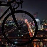 Bicycleâ€-‹in Bangkokâ€-‹Nachtleben stockfotos