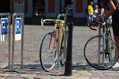 Bicycle автостоянка в квадрате в центре Риги Стоковые Изображения