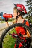 Bicycle автошина нагнетая велосипедом ремонта девушки велосипедиста ребенка на дороге Стоковое Изображение RF