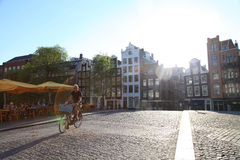 Bicycle всадник на мосте в солнечном свете после полудня, a булыжника Стоковая Фотография RF
