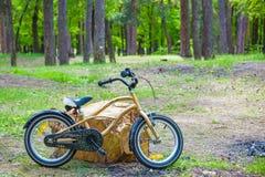 Bicycle в поле травы лета, классике, старом годе сбора винограда стиля велосипеда для предпосылки, художественного произведения о Стоковое фото RF