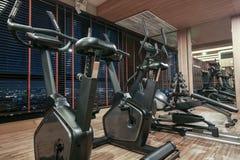 Bicycle в спортзале с отражением зеркала, концепцией фитнеса Стоковое Фото