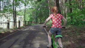 bicycle девушка меньший riding сток-видео