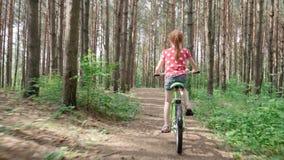 bicycle девушка меньший riding акции видеоматериалы