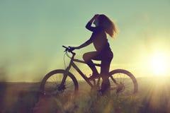 bicycle девушка стоковые изображения rf
