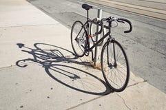 Bicycle запертое вверх на улице в Торонто Стоковые Фотографии RF