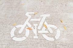 Bicycle знак покрашенный на майне велосипеда в парке Стоковые Изображения RF