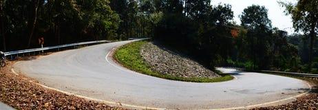 Bicycle на дороге асфальта страны наклона гористой никакой автомобиль, Panoram Стоковая Фотография