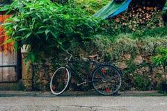 Bicycle на улице, в деревне Hallstatt Стоковые Фотографии RF