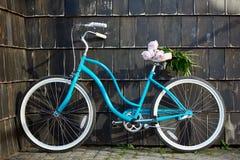 Bicycle около стены здания на улице Стоковые Изображения