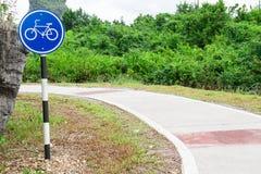Bicycle поляк знака около майны велосипеда в парке Стоковое Фото