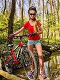 Bicycle предназначенное для подростков с велосипедами дам в парке лета Велосипед дороги женщин для бежать Стоковая Фотография