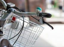 Bicycle ручка с колоколом и крупным планом корзины стоковые фото