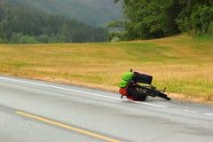Bicycle с путешествовать сумки лежа на обочине стоковое изображение
