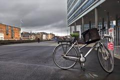 Bicycle с сумкой в месте для стоянки около современного здания в городе rhus Ã… Стоковые Фотографии RF