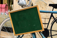 Bicycle com um blackbord vazio no guiador imagens de stock
