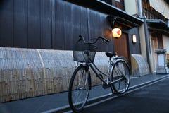 Bicycle em uma aléia Imagens de Stock Royalty Free