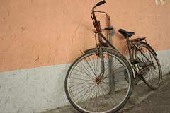Bicycle leaning on wall Stock Images