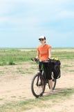 Bicycle a menina do turista que está na estrada Fotos de Stock