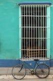 Bicycle na frente de uma casa colonial em Trinidad, Cuba Foto de Stock Royalty Free