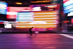 Bicycle o cavaleiro na frente do quadrado da bandeira dos E.U. às vezes, NYC, no borrão de movimento Fotografia de Stock Royalty Free