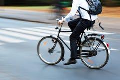 Bicycle o cavaleiro no tráfego de cidade no borrão de movimento fotografia de stock