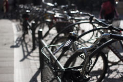 Bicycle o estacionamento grupo de bicicletas Objetos alugado na cidade Foto de Stock