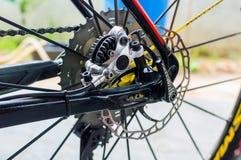 Bicycle o freio de disco traseiro hidráulico na edição da bicicleta do esporte fotografia de stock