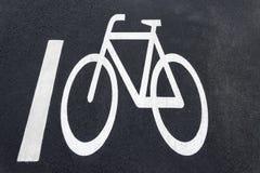 Bicycle o sinal de estrada na estrada - Bicycle o trajeto Fotos de Stock Royalty Free