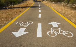 Bicycle o sinal na estrada usada para o cruzamento pedestre fotografia de stock