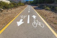 Bicycle o sinal na estrada usada para o cruzamento pedestre fotos de stock