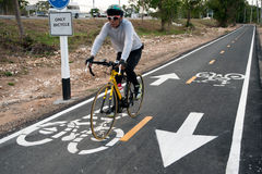 Bicycle o sinal ou o ícone e o movimento do ciclista na pista da bicicleta Fotografia de Stock Royalty Free