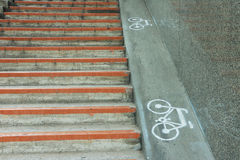 Bicycle o sinal, sinal da bicicleta pintado na superfície de estrada em Japão Fotografia de Stock
