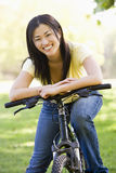 bicycle smiling woman στοκ εικόνες με δικαίωμα ελεύθερης χρήσης