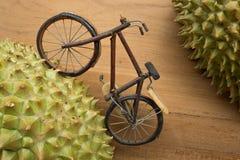 Bicycle a tentativa para escalar no monte que cerca com espinho fotografia de stock