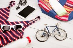 bicycle a trouxa modelo, listrada, roupa de banho, telefone esperto, headphon fotografia de stock
