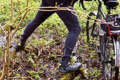 Bicycle, veloplasty, caminhada, floresta, mola, homem, para cruzar o rio, rio, log, pântano Imagens de Stock