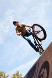 Bicycler de BMX en rampa Foto de archivo libre de regalías
