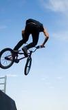 Bicycler de BMX sobre rampa Fotografía de archivo libre de regalías