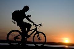 Bicycler mit Telefon Stockbilder