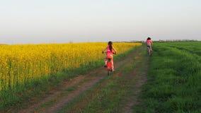 bicycles семья Женщина с ребенком на езде на велосипедах lifestyle Здоровый уклад жизни семья спорта видеоматериал