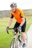 Bicyclette aînée d'équitation Photos libres de droits