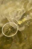 Bicyclette abandonnée dans l'eau Photos stock